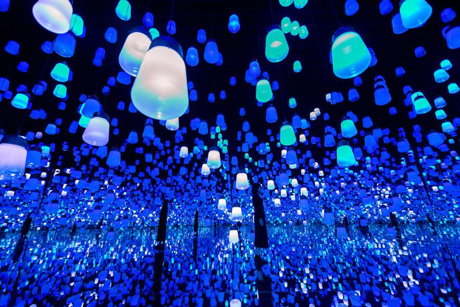 ▲呼応するランプの森 (C)チームラボ 氷の洞窟の光の色彩を表現した「氷洞(アイスケイブ)」が登場。 期間:12月1日(火)~