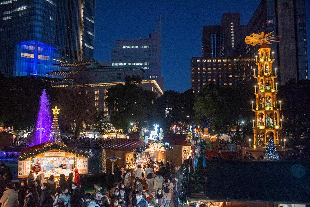 ▲ヒュッテ(木の小屋)と呼ばれる各店舗ブースの屋根には雪だるまやサンタ&トナカイなど、クリスマスモチーフの装飾が! ※画像はイメージ