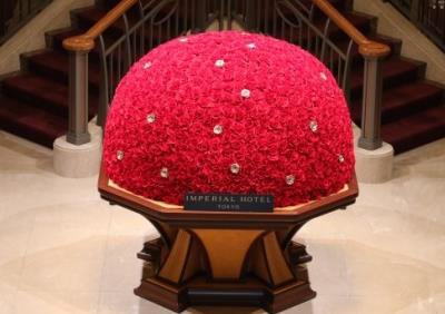 ▲真紅とゴールドのバラをドーム型に形作ったデザインの「ゴールデンローズ」