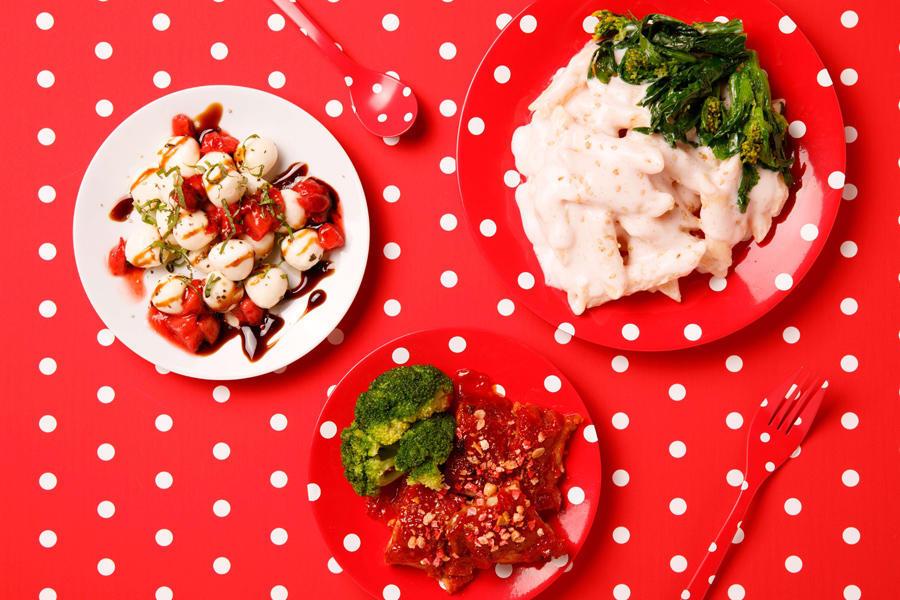 ▲写真左から時計周りに:苺とモッツアレラのサラダ バルサミコソース/たらこのクリームペンネ 菜の花添え/苺風味のバーベキューチキン
