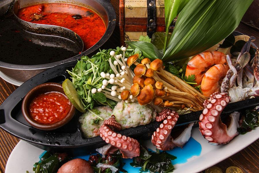 2大海賊の2色鍋~黒色のトムヤムスープと赤色のラクサスープ鍋~