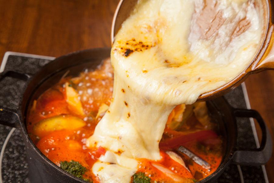 厚切りベーコンとトマトのラクレットチーズ鍋
