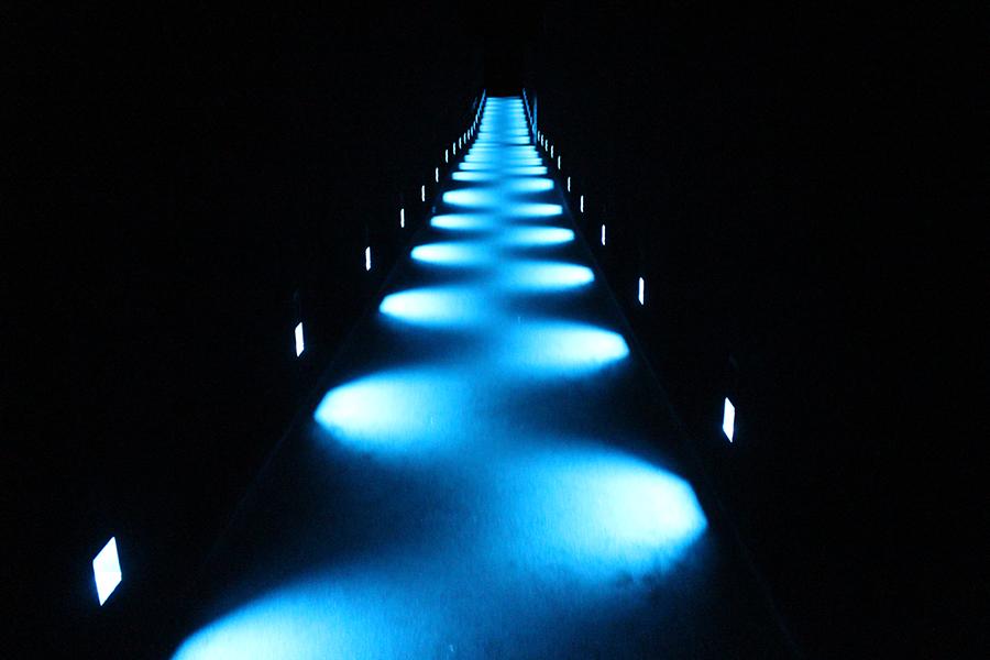 チームラボプラネッツ_ブルーに光る幻想的な道