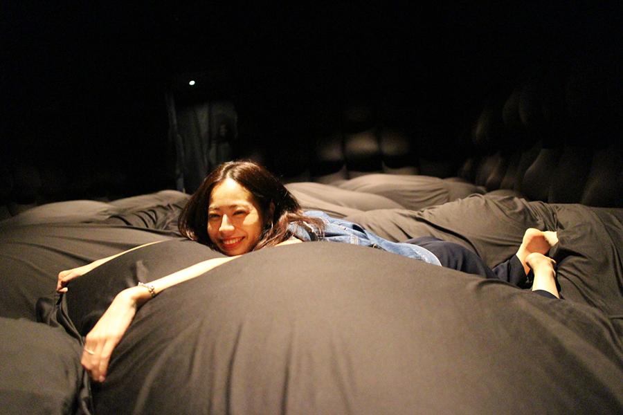 チームラボプラネッツ_チームラボプラネッツ_やわらかいブラックホール-あなたの身体は空間であり、空間は他社の身体である