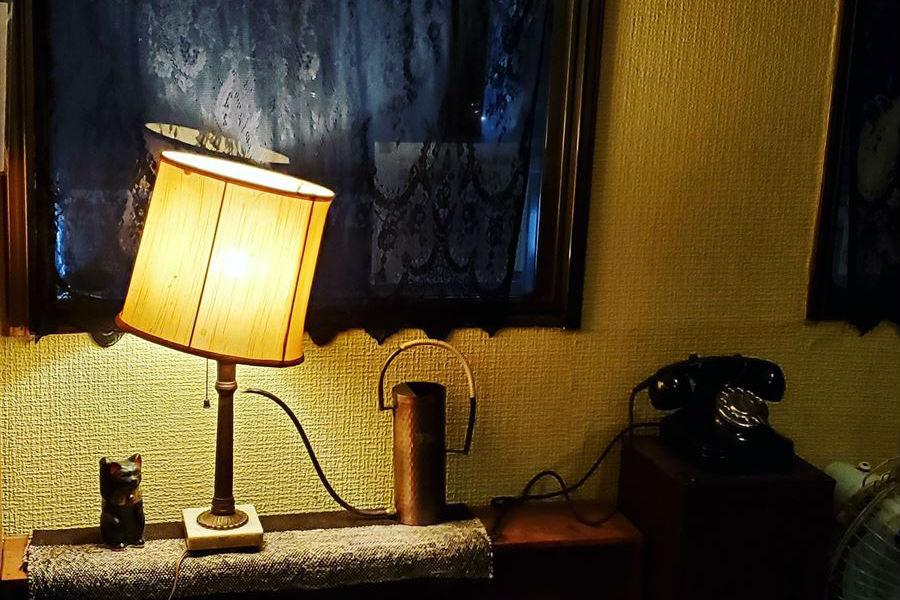 黒電話とランプ