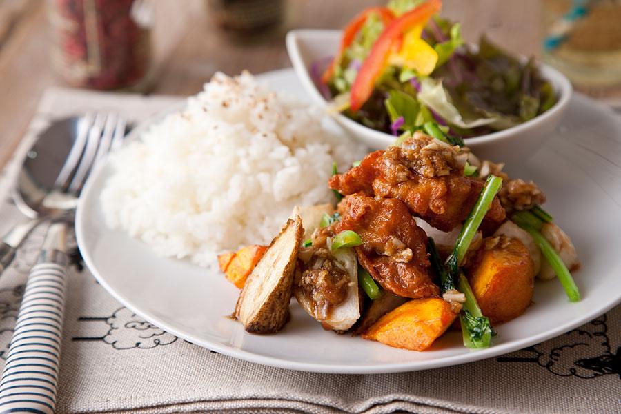 季節野菜とふもと赤鶏唐揚げのねぎ生姜プレート