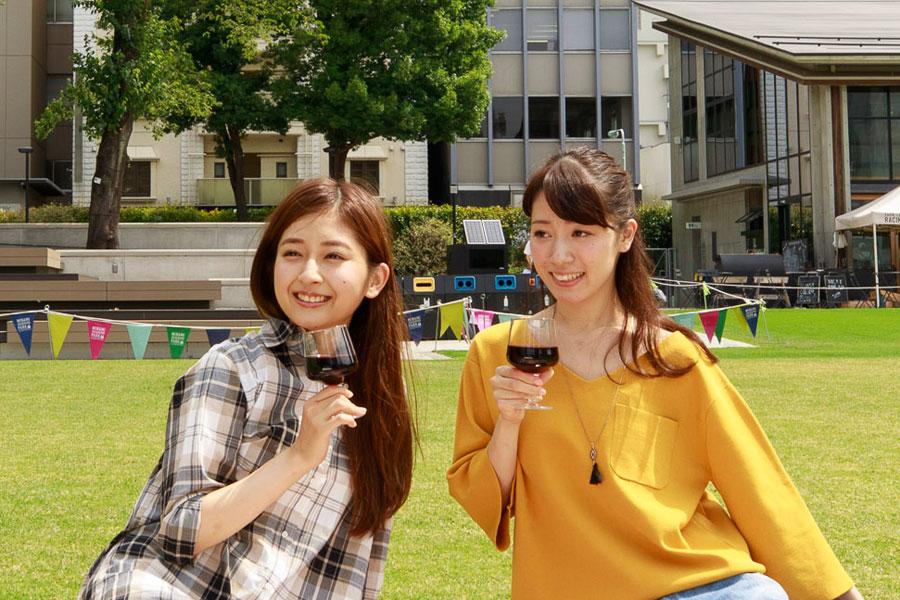 岡田彩花さん(左)