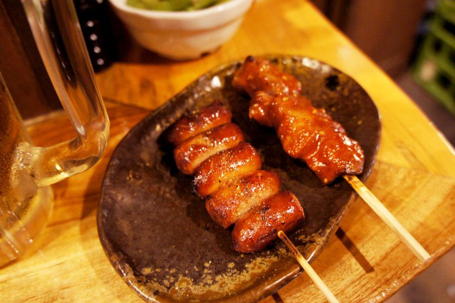 炭火焼きソーセージ串とレバ味噌串
