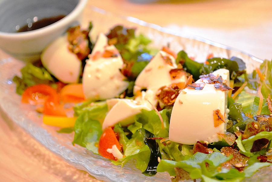 きづなすし 新宿歌舞伎町店 豆腐と野菜のサラダ