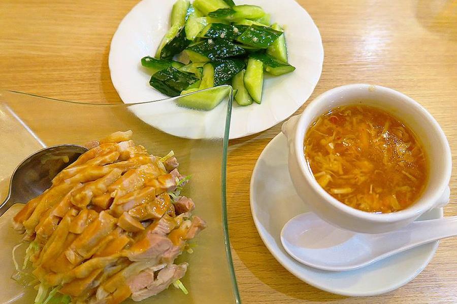 北京烤鴨店 バンバンジーサラダ、胡瓜のニンニクソースかけ、スーラータン