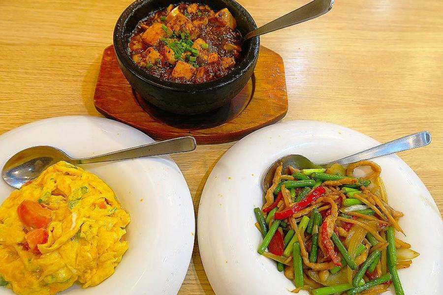 北京烤鴨店 麻婆豆腐、トマトと卵炒め、豚肉とニンニクの芽炒め
