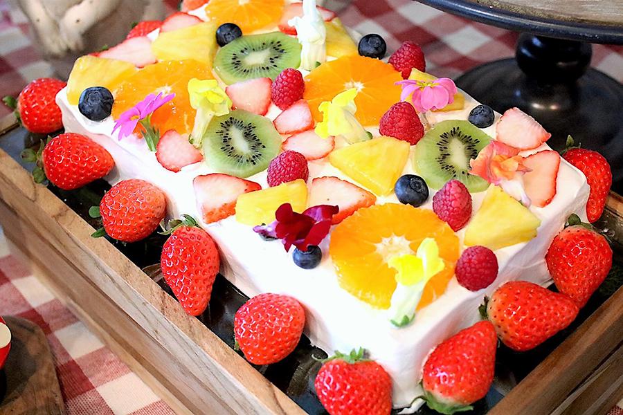 ストロベリービュッフェ お花畑でつかまえて フラワーフルーツショートケーキ