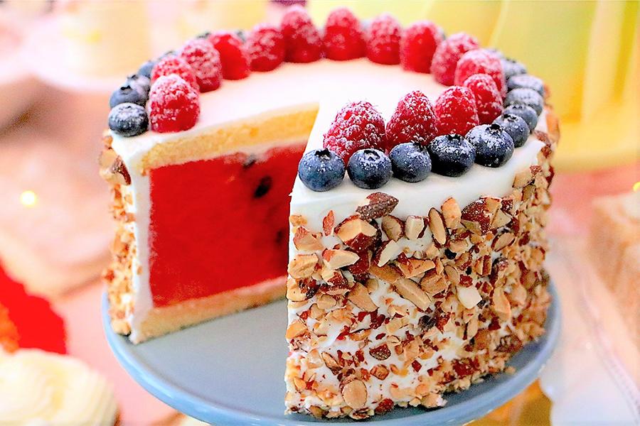 サマーデザートブッフェ 夢から覚めてもまるごとスイカのケーキ