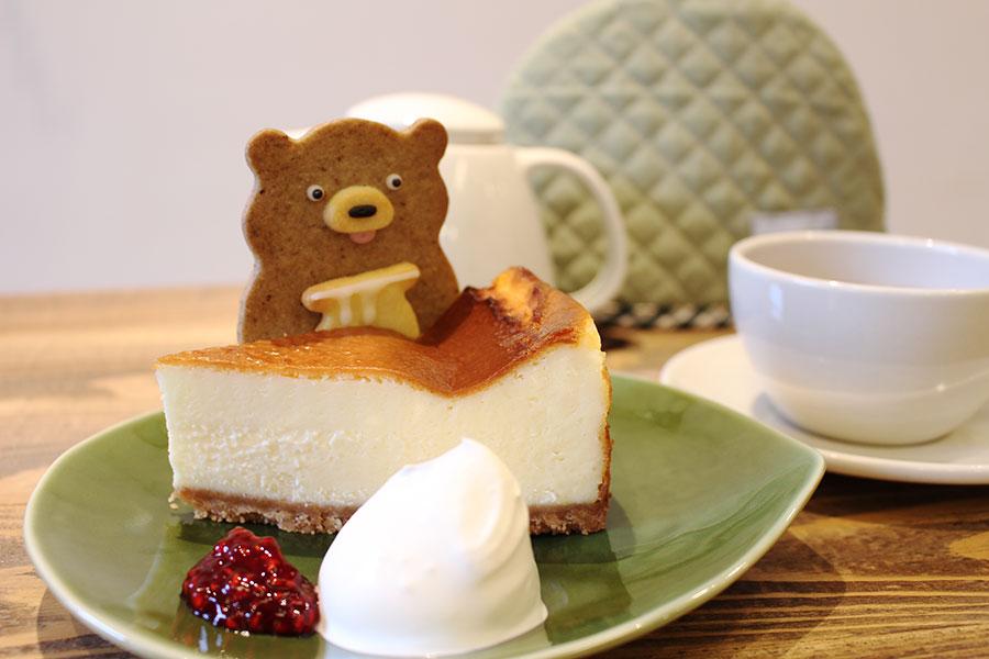「henteco 森の洋菓子店」「ベイクドチーズケーキ」「くま(メープル)」「紅茶」