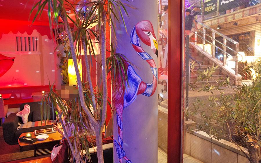 CAFE FLAMINGO 店内の柱のフラミンゴ
