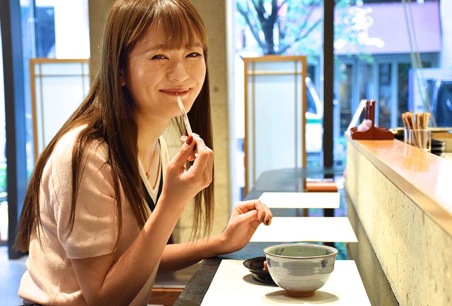 和菓子を食べる