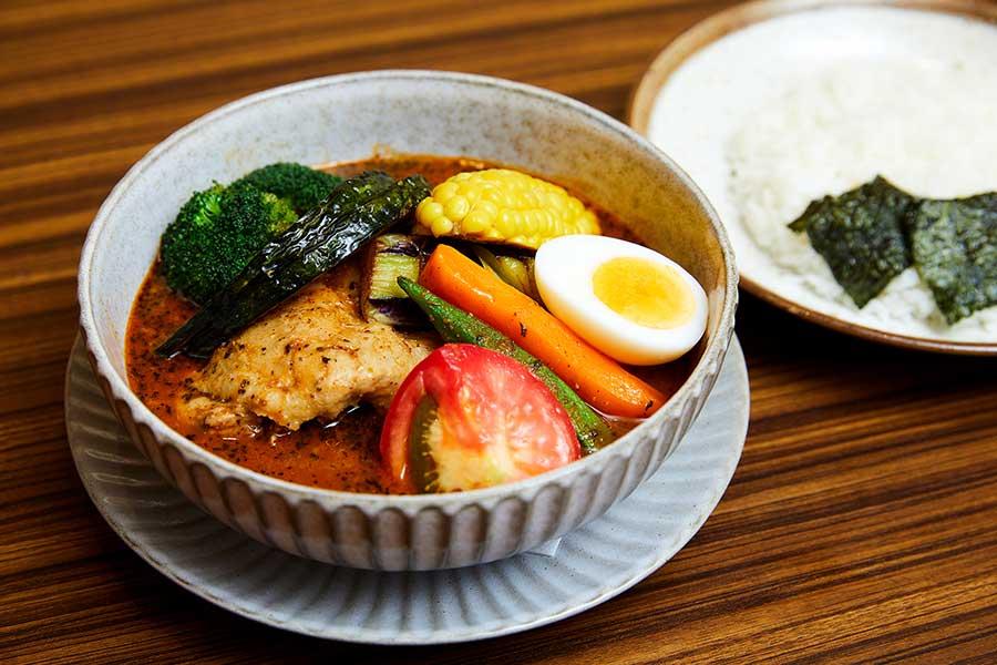 「季節の野菜とチキンのスープカレー」(1,500円)
