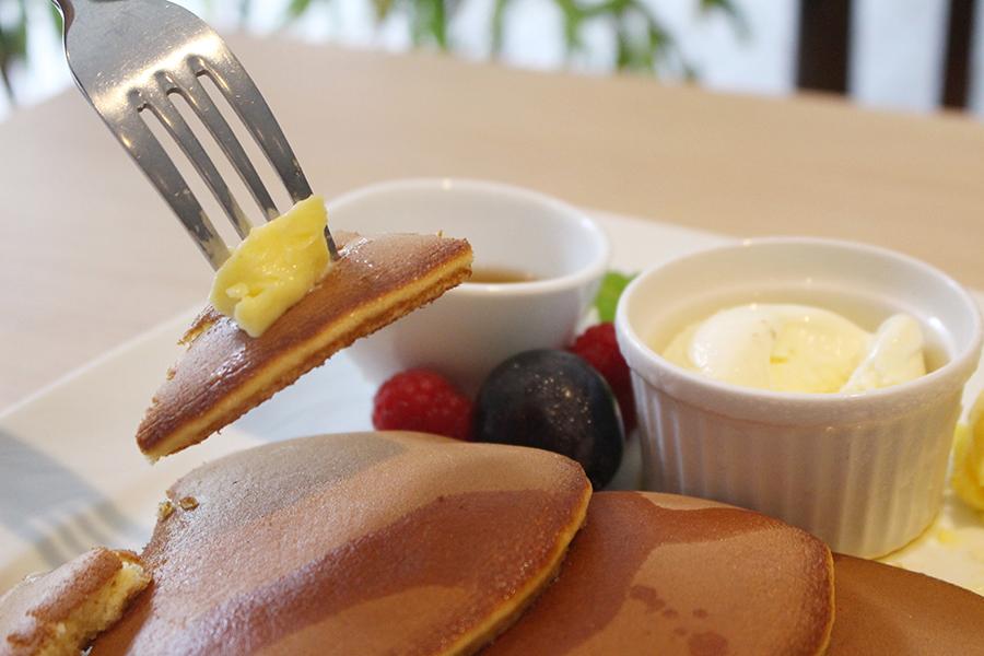 """文明堂カフェ「焼立て""""三笠""""パンケーキ」バター"""