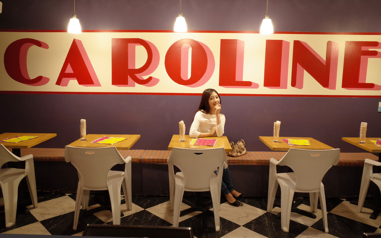 CAROLINE DINER 壁一面に描かれた「CAROLINE」の文字