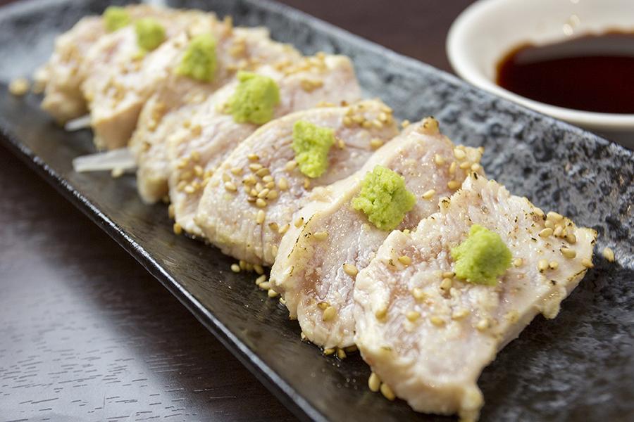 マッスル居酒屋たんぱくしつ 「炙り鶏むね刺し」(518円)
