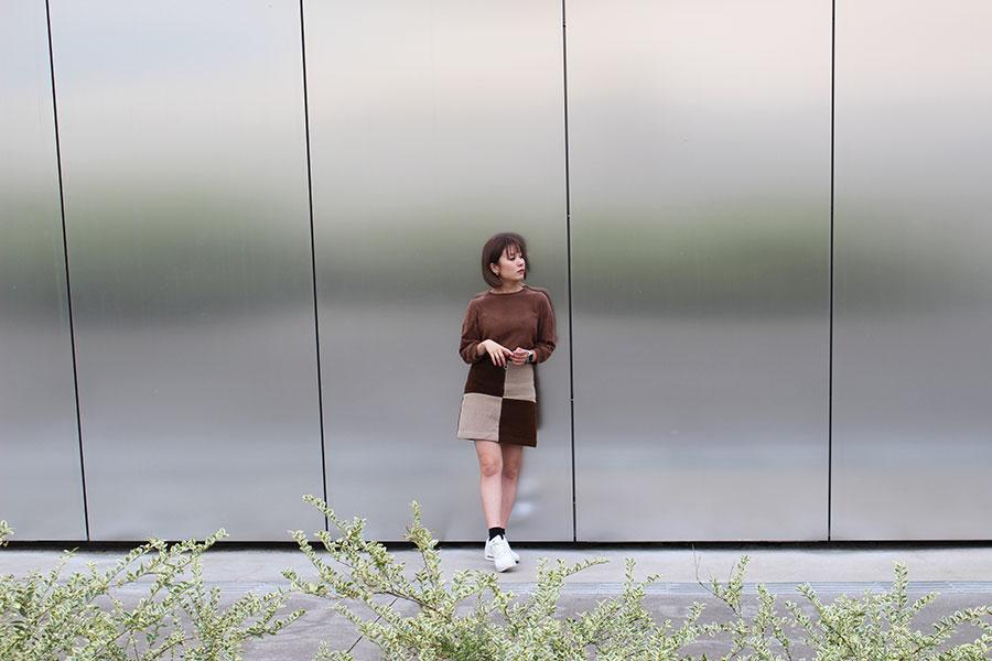すみだ北斎美術館 アルミの外壁をバックに写真1