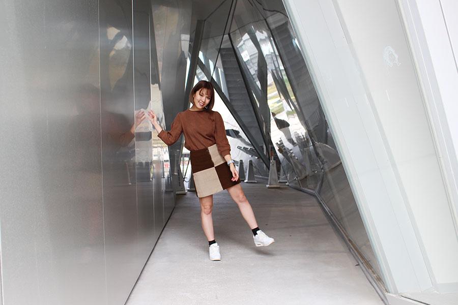 すみだ北斎美術館 アルミの外壁をバックに写真2