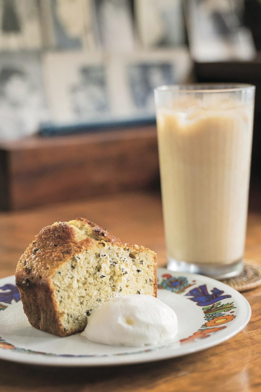 トンボロ 「アールグレイのパウンドケーキ」450円と「アイスほうじ茶ラテ」650円