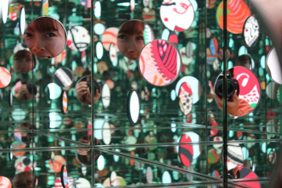 草間彌生美術館 小型のミラールームの鏡