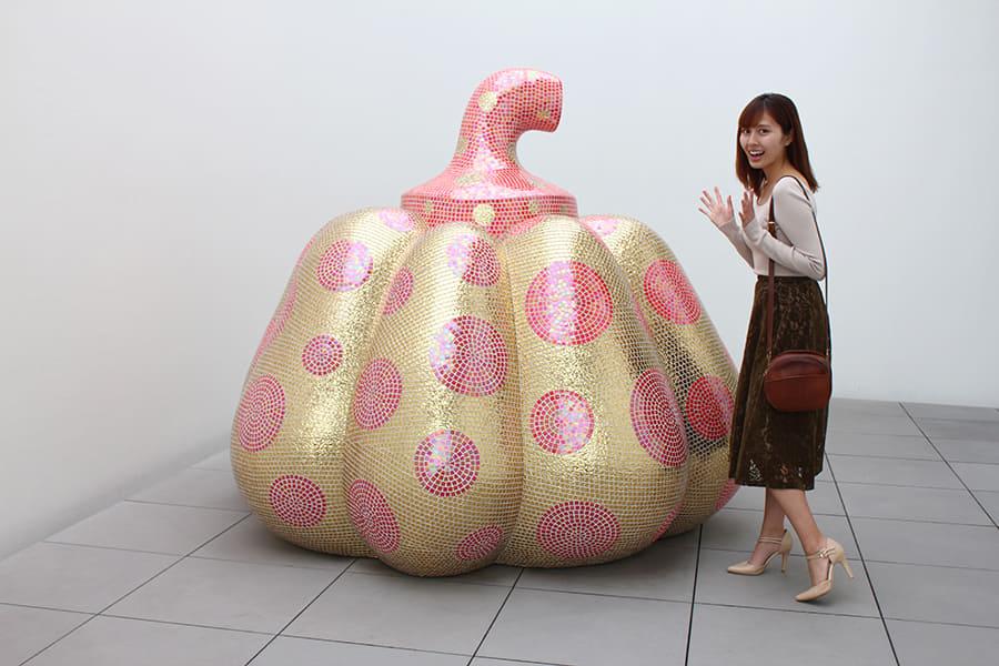 草間彌生美術館 大型のかぼちゃのオブジェと撮影