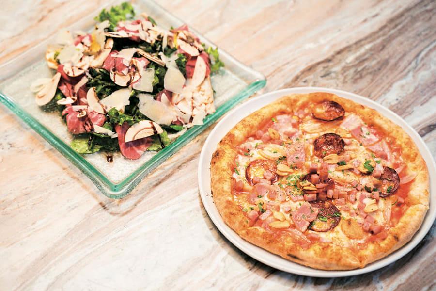 THE RIGOLETTO 「ディアボラ1,188円(右)「自家製ローストビーフとフレッシュマッシュルームのサラダ」は1,404円(左)