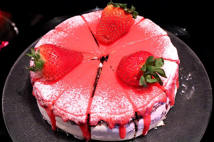 シースケープテラス・ダイニング 「流れるクリームに僕の心はメルト ストロベリーショートケーキ」