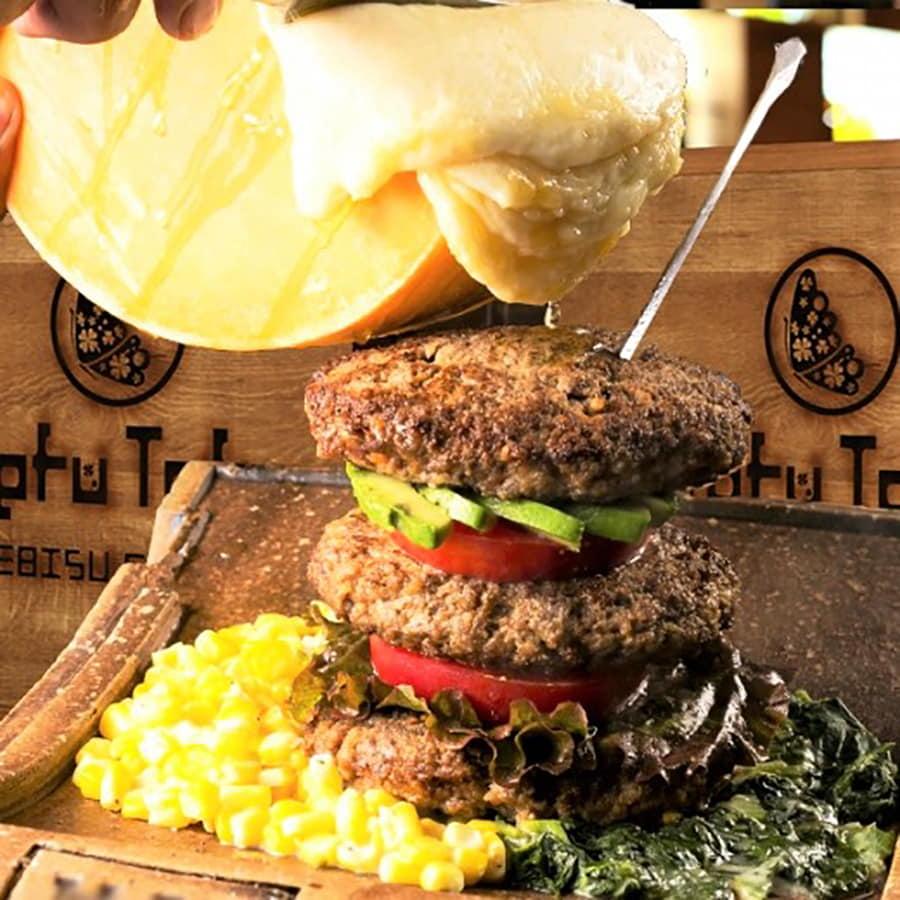 Tefu Tefu 恵比寿店 「マウンテン肉バーガーWITHラクレットチーズ」(1,480円)