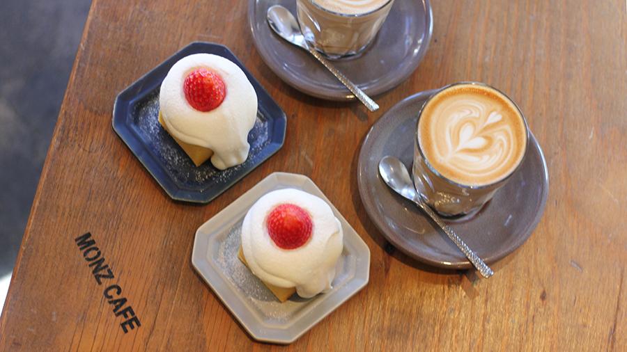 MONZ CAFE 「ベイクドケーキ」(420円)、「ホットラテ」(530円)
