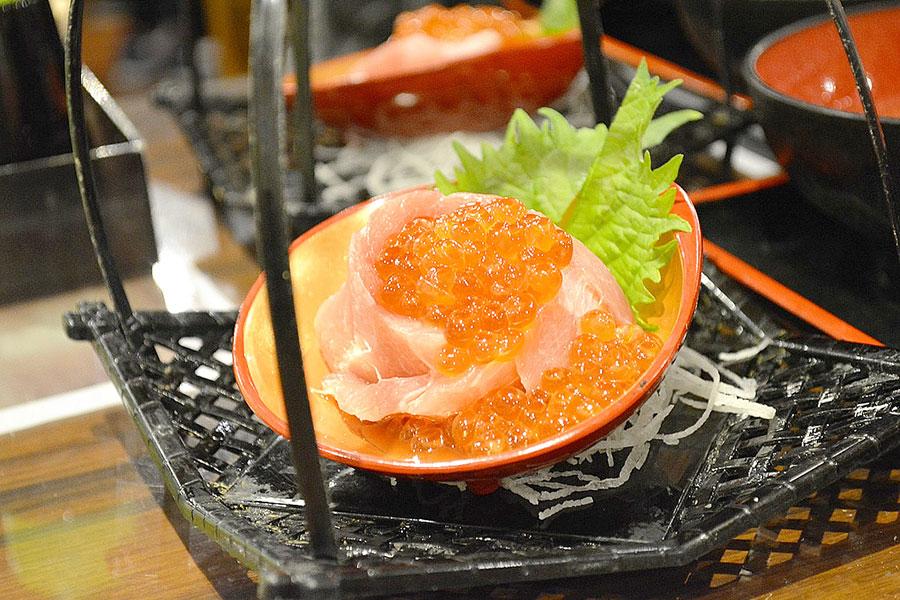 たいこ茶屋 「黒まぐろとイクラの軍艦寿司」