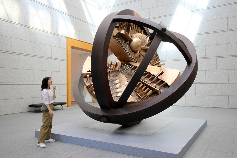 東京都現代美術館 アルナルド・ポモドーロ《太陽のジャイロスコープ》1988年