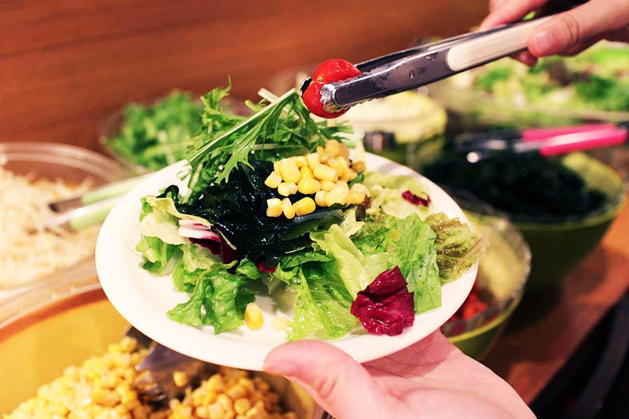 カプリチョーザ 新宿ワシントンホテル店 サラダ盛り付け