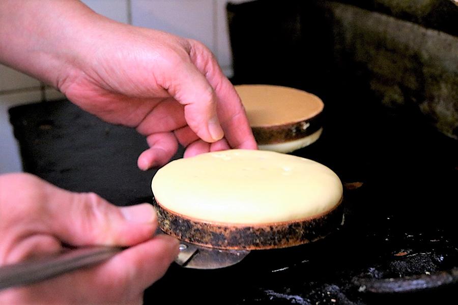 喫茶ニット 「ホットケーキ」調理中2