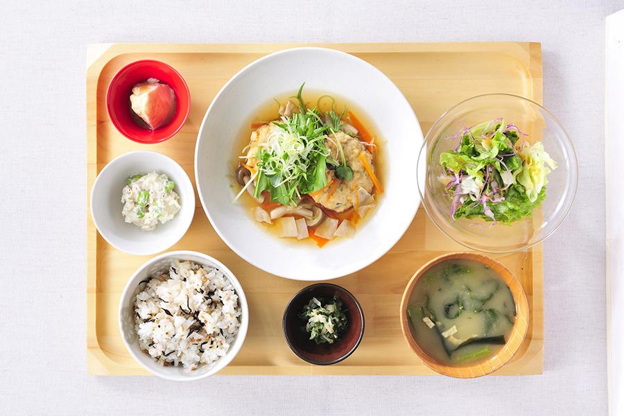 おぼんdeごはん「五穀ひじきと豆腐のハンバーグ野菜あん定食」(1,134円)