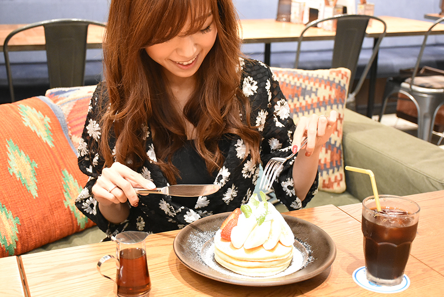 NICK STOCK パンケーキを食べる池田るりさん