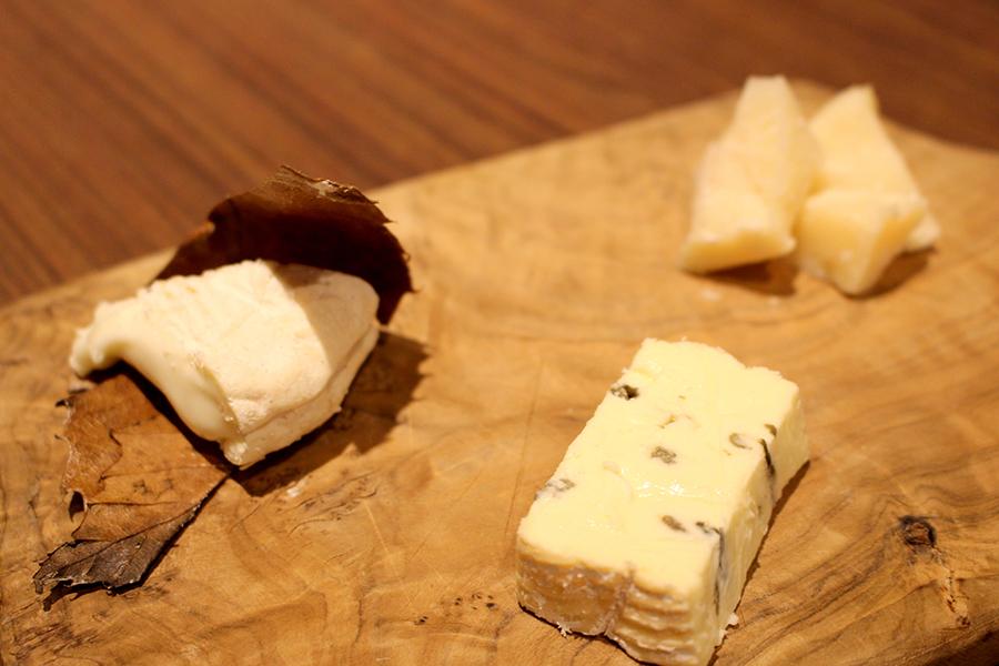 ワインバー「VINOS WINE CAFÉ」チーズ3種