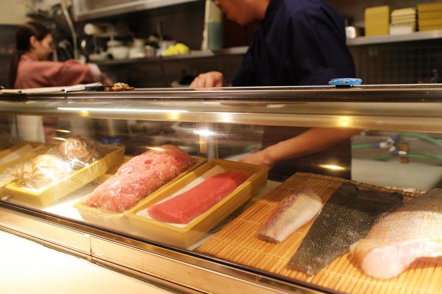 Sushi Bar にぎりてショーケース