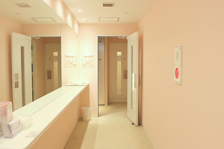 秋葉原BAY HOTEL 鏡と台のあるスペース