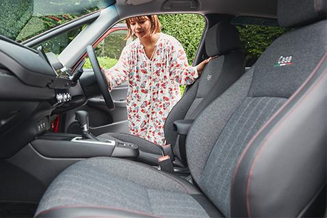 レッドステッチがアクセントのFIT 20周年 特別仕様車 Casa専用シート。