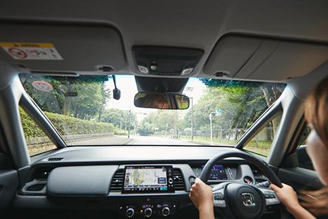 フロントピラーを極細にすることで、視界の爽快感はもちろん、右左折時もしっかりと安全確認ができます。