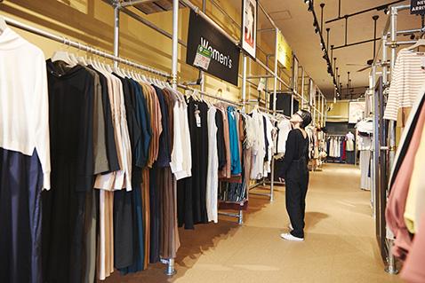 広い店内には一点ものも多く、オトクな宝探し気分でショッピングが楽しめます。