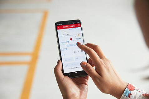 Honda リモート操作※2なら離れた場所からスマートフォンでクルマの操作が可能。広い駐車場でも地図上で位置を確認。ハザードランプとブザーで車両を見つけやすくします。