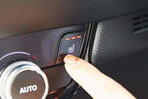 運転席&助手席シートヒーターを特別装備。シートの座面を暖め、快適な運転をサポート。温度は3段階で調節可能。